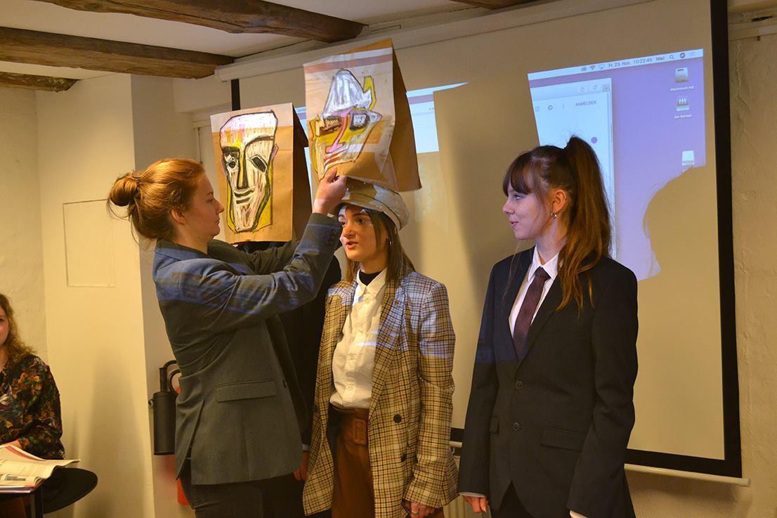 Studentinnen der Designakademie Rostock stellen den Dadaismus anschaulich, laut und bunt vor.